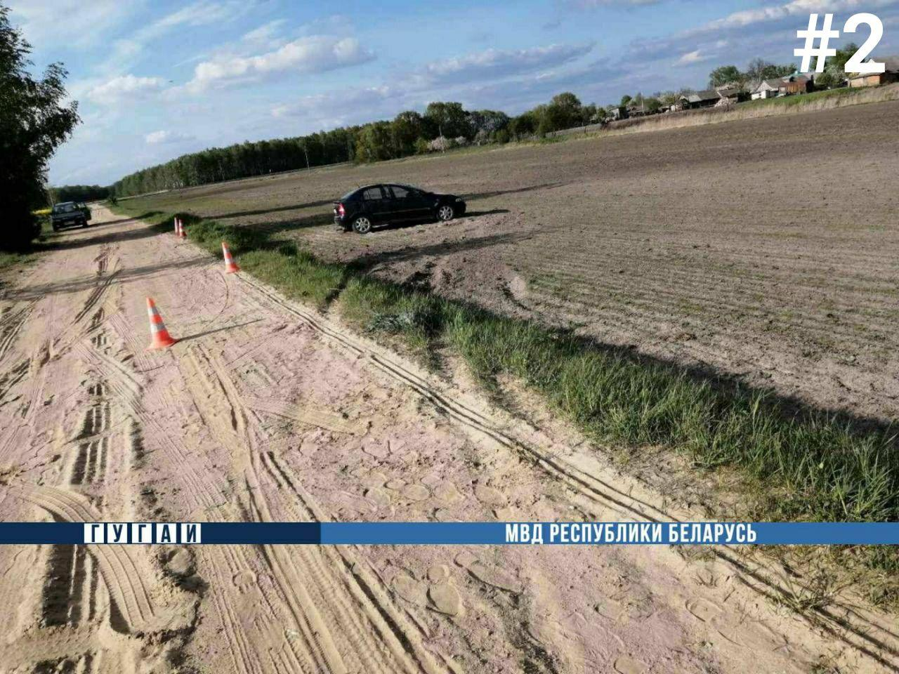 Женщина-водитель «Опель-Астра» в Жабинке на ул. Жмаева съехала на поле и опрокинулась там
