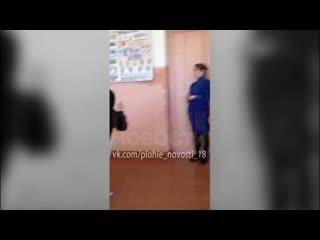 Псковская учительница выдернула из-под школьника стул