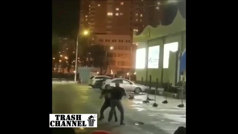 Драка Кавказец наказал скинхеда