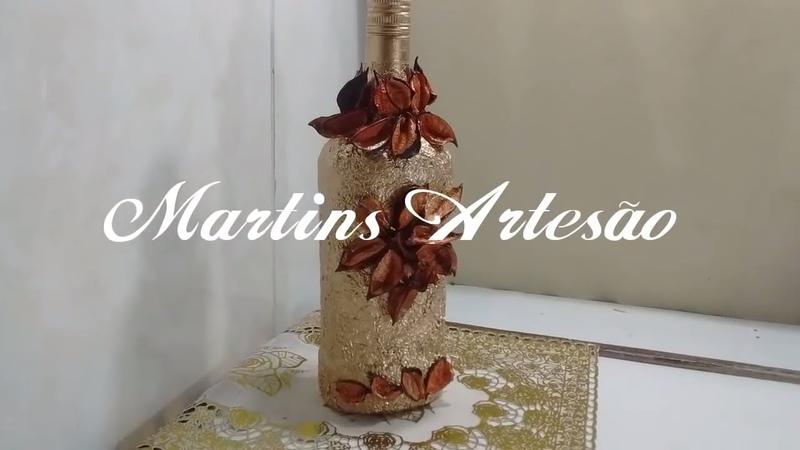 Garrafa com papel alumínio dourado e folhas secas