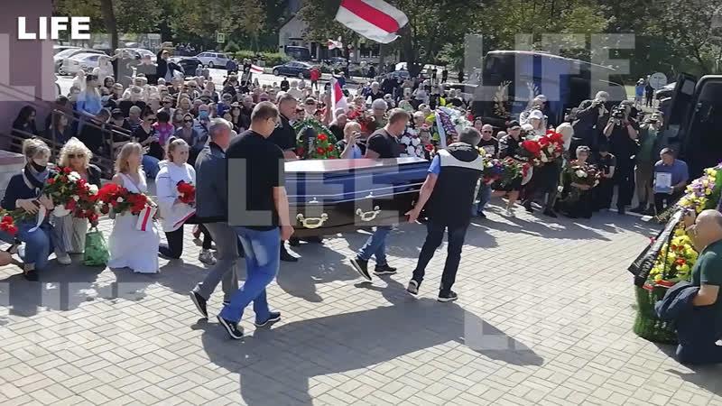 Встали на колено во время прощания с погибшим на акции протеста в Минске