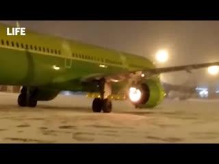 Двигатель самолёта загорелся перед взлётом в аэропорту Новосибирска