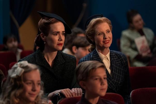 Сара Полсон на первых кадрах сериала «Сестра Рэтчед» В прошлую среду Netflix официально сообщил, что долгожданный проект Райана Мерфи «Рэтчед» станет доступен для просмотра 18 сентября. Вместе с