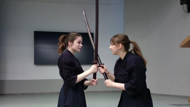 Девушки и деревянные мечи инсценировка боя между братьями самураями