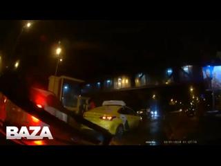 В Москве сотрудника ДПС дважды сбили в течение минуты из-за гололёда