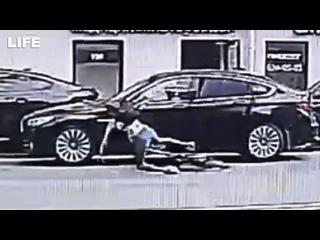 Велосипедистка сломала нос об дверь полицейского авто в Питере
