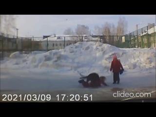 Девочка пытается защитить сестренку от бродячей собаки