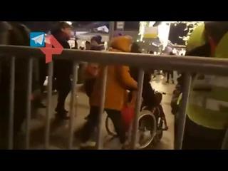 Силовики помогли девушке-инвалиду попасть к метро во время акции