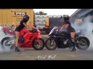 Девушки на спортивных мотоциклах делают трюки! Крутые трюки!!