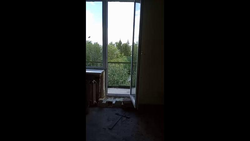 высокие окна в кирпичный дом