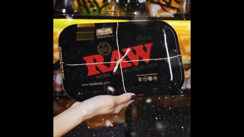 RAW BLACK SMALL - это гладкий металлический лоток для бумаги, который вам предлагает компания RAW Rolling Papers.Это классич