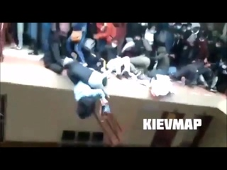 На западе #Боливии произошел инцидент. На пятом этаже одного из ВУЗов, ограждение не выдержало и рухнули все,5 студентов погибло