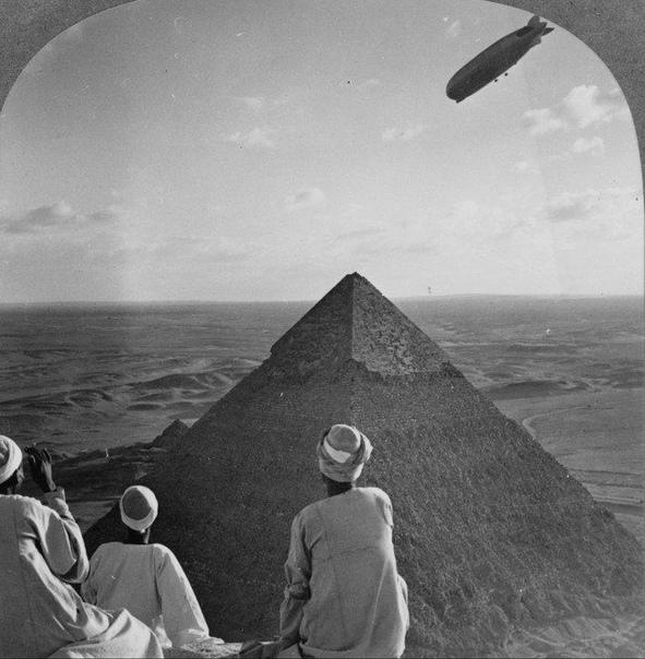 Дирижабль над пирамидами.1931 г. В 1930-х гг. дирижабли были огромными.