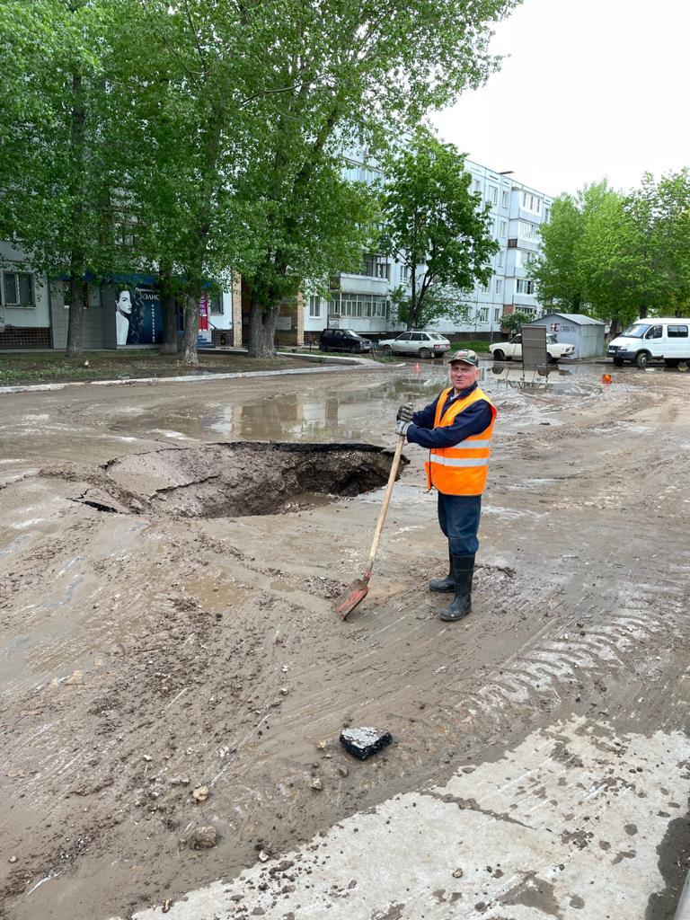 На Ленинском проспекте давлением разорвало водопровод