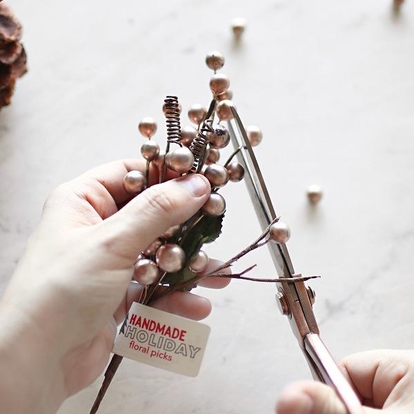 Как сделать мини-ёлочку из одной шишки - МК и идеи,