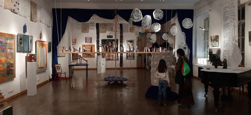 В зале выставки «Рождества волшебные слова»