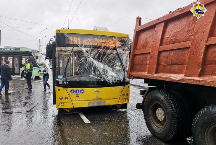 В Минске автобус врезался в грузовик, есть пострадавшие