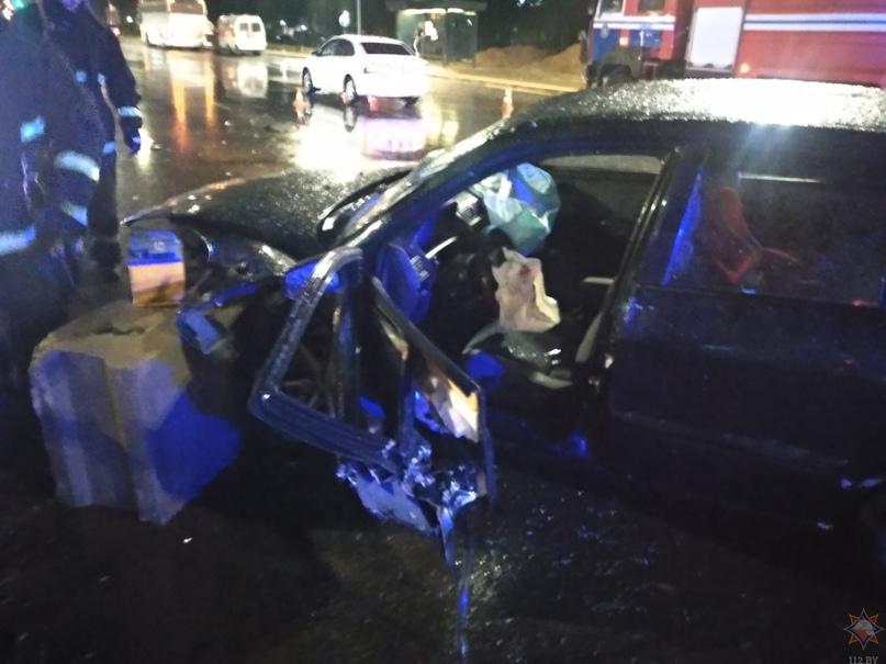 Подробности ночного ДТП на перекрестке улиц Гагарина — Ватутина: автомобиль врезался в ограждение