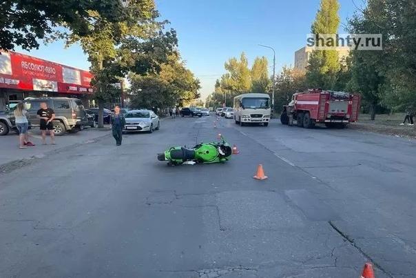 В Шахтах мотоциклист влетел в припаркованный Mitsu...