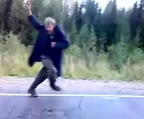 Мужик бежит за машиной и танцует