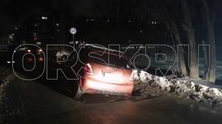 03022021 В Орске автомобиль провалился под землю