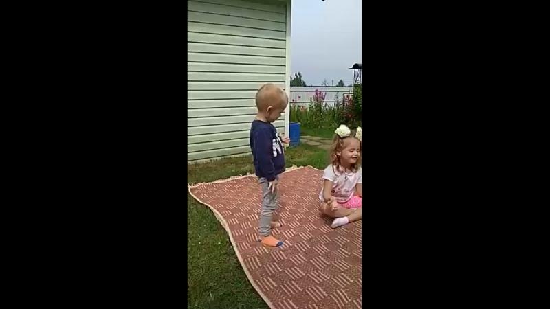 детская йога на даче. 5лет и 3года