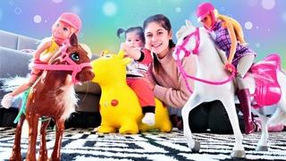 Anne bebek videosu. Barbie Chelsea ile Ayşe ve Defne'ye geliyorlar! Barbie oyuncak atı