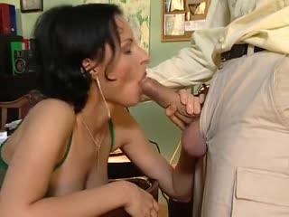 МЖМ трахают толпой жену   [(Секс Порно МЖМ Домашнее Порево Трахает Попка Сиськи) 18+