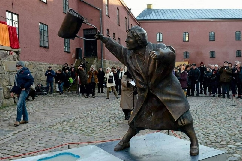 Памятник Дануте Даниэльссон в шведском городе Векшё. Женщина ударила сумкой скин...