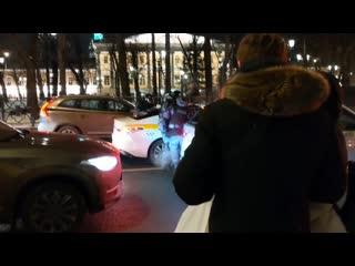 Продолжают вытаскивать людей из машин и бить
